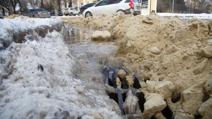 «К нам не проедет даже скорая»: в Волгограде двор многоэтажки заливает водой из лопнувшей трубы