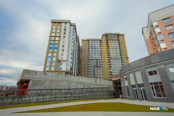 В амбициозном квартале успели построить только два дома из восьми, ещё один достраивают
