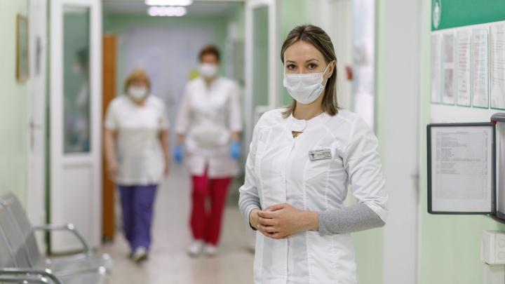 «Не отвечают на звонки и дают неверные номера»: рассказ терапевта о работе с изолированными из-за коронавируса пациентами