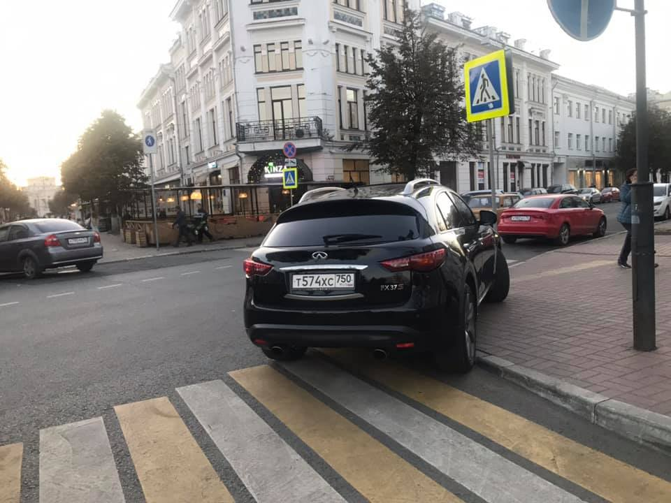 Нужно иметь высокий уровень самоуверенности, чтобы запарковаться так в самом центре города