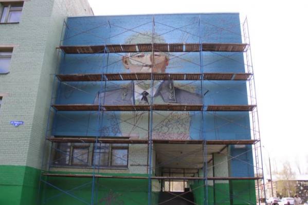 Рядом со стеной, украшенной портретом героя войны, будет оформлена аллея Памяти