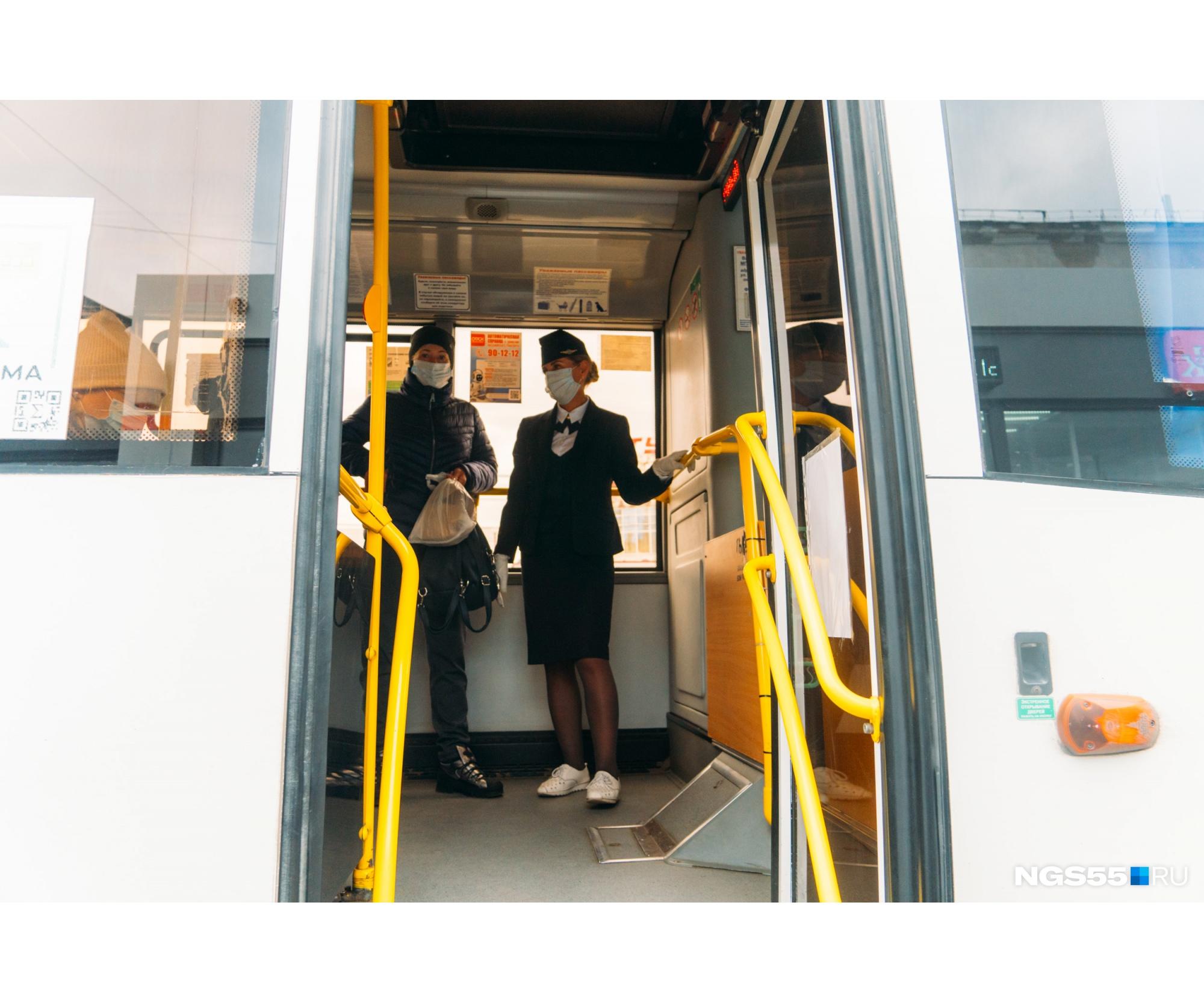 Наталья встречает пассажиров на входе
