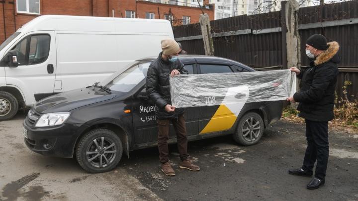 Таксисты готовят антиковидные перегородки: прямой эфир из автопарка в Екатеринбурге