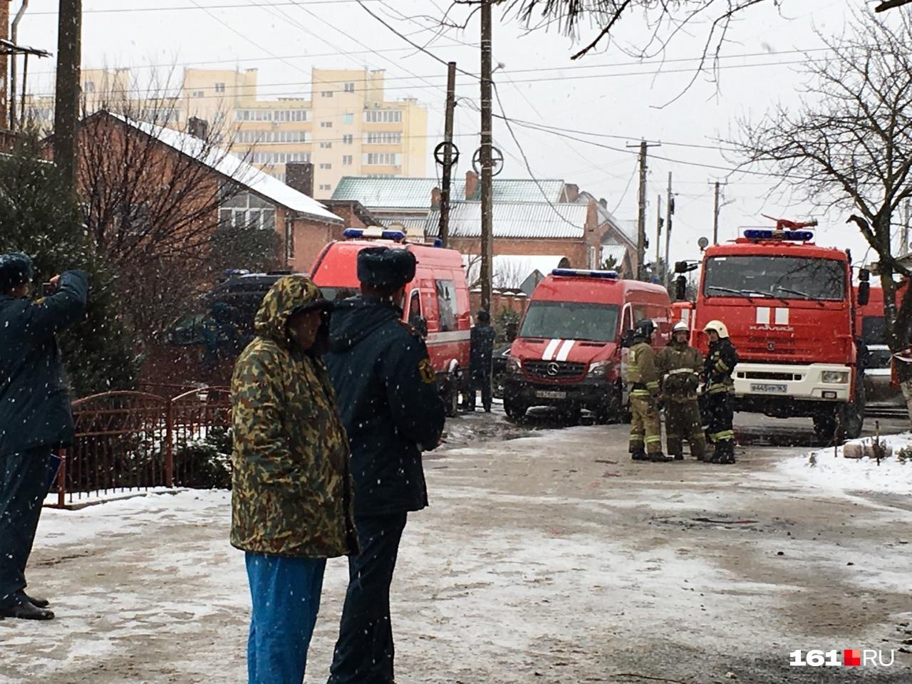 Пожарные расчеты не покидают место происшествия