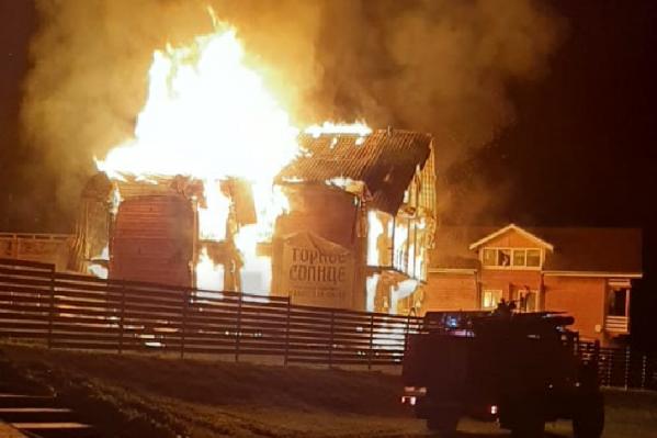 Пожар произошел ночью. Деревянные строения моментально охватило огнем