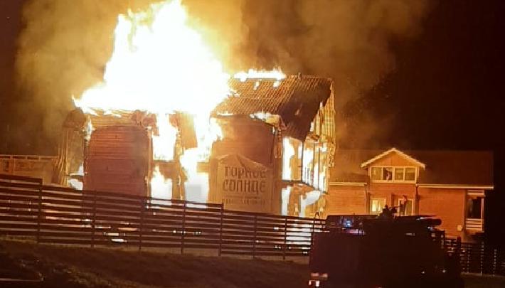 Семья новосибирцев прыгнула с 3-го этажа, чтобы спастись при пожаре на турбазе в Алтайском крае
