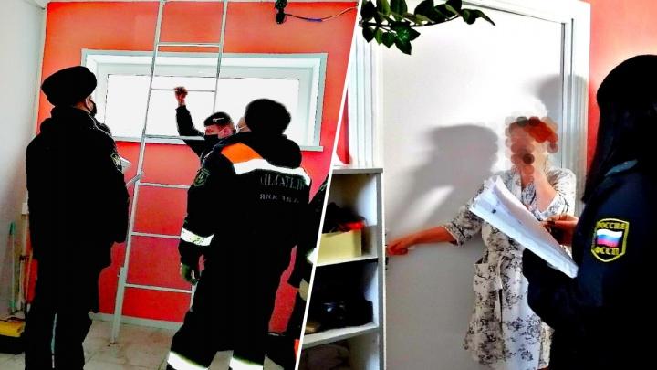 Сделали из чердака квартиру: семью из Ярославля заставили разбирать в подъезде перегородку и лифт