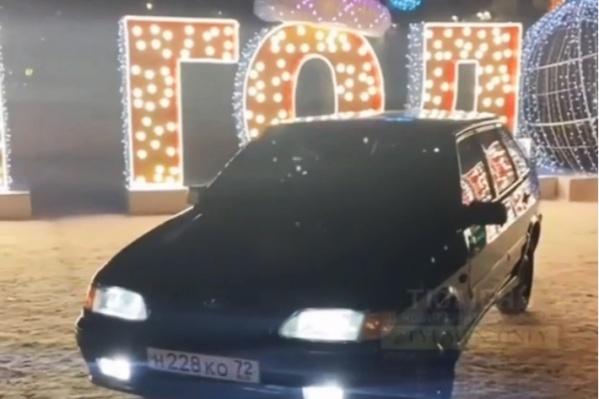 Водитель запросто заехал на площадь 400-летия Тюмени. Госномер маскировать не стал (чтобы полиции было проще его найти?)