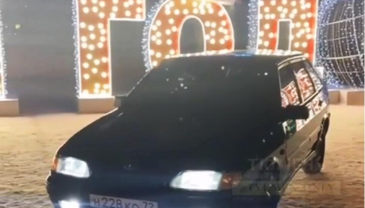 Парковался у театра, дрифтовал в центре Тюмени: ГИБДД разыскивает дерзкого водителя ВАЗ-2114