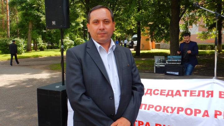 В Уфе лидера движения «Стоп БашРТС» арестовали за «посиделки на скамейке и кормление голубей»