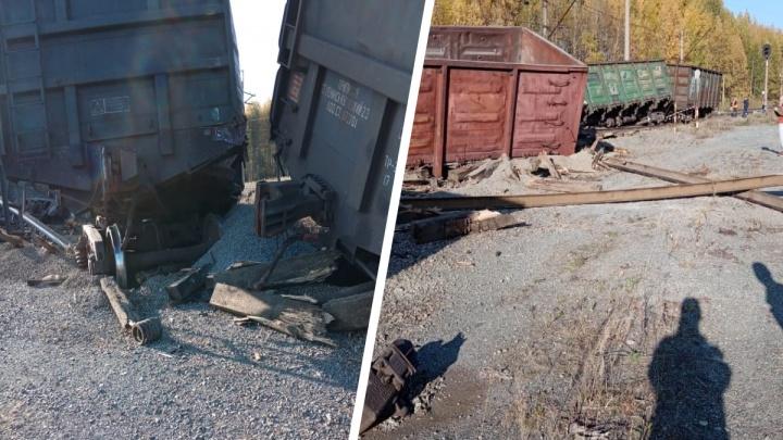 На Урале грузовой поезд с щебнем сошел с рельсов и перевернулся: видео