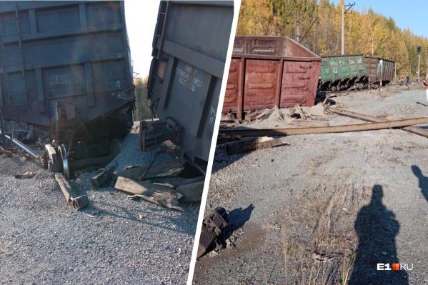 Шесть вагонов с щебнем перевернулись
