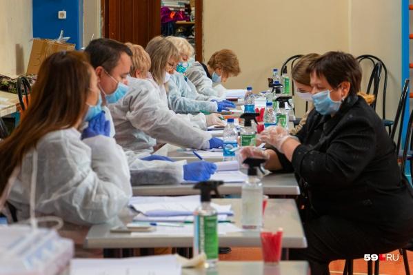 Все сотрудники комиссии обязаны быть в СИЗах. Также маска и перчатки выдаются на входе в участок всем избирателям