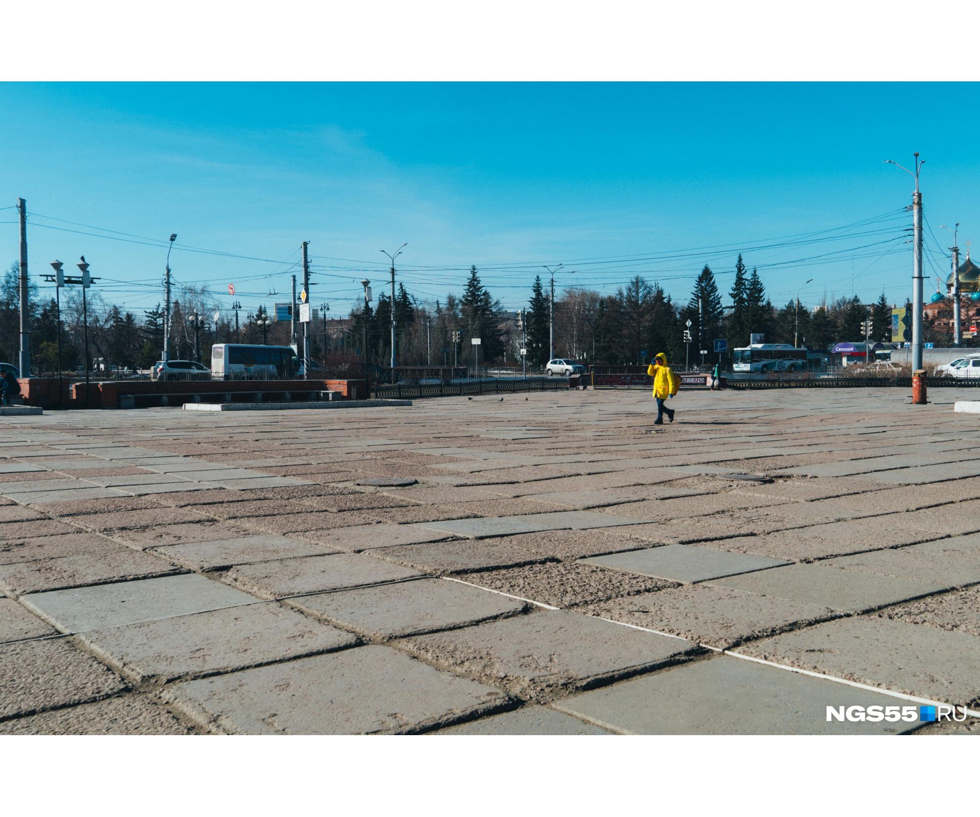 Пустая площадь перед ТЦ