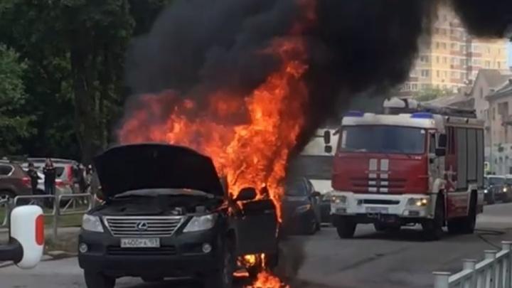 На дороге в центре Перми сгорел Lexus. Видео