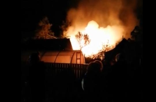 Ночью под Ярославлем сгорели три дачных участка. Смотрим видео с места ЧП