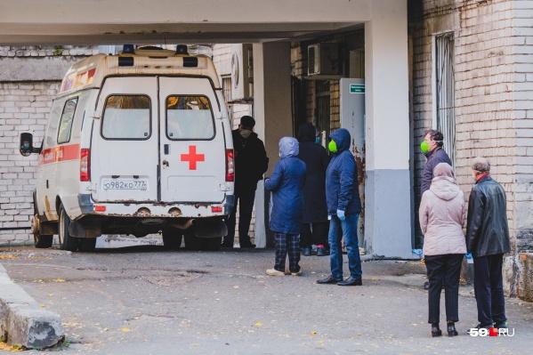 Ранее тут могли стоять по 20 карет скорой помощи, пациенты ожидали многочасовую очередь на КТ в них. Сейчас люди просто стоят
