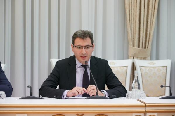 Министр здравоохранения области Армен Бенян считает, что сидение у компьютеров дома спасет учеников от коронавируса
