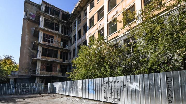 Заброшенный Екатеринбург: история больницы в Зеленой Роще, за которую борются Ананьев и Козицын