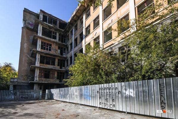 """Здание клинической больницы уже около <nobr class=""""_"""">20 лет</nobr> стоит заброшенным в Зеленой Роще"""