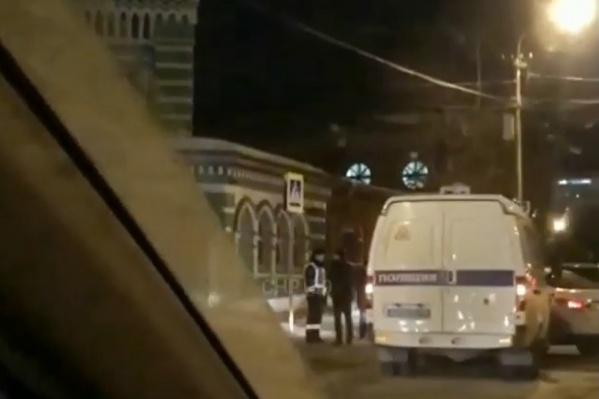Микроавтобус и легковушка столкнулись на перекрестке улиц Осинской и Монастырской