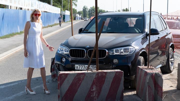 Блондинка разбила дорогую иномарку на Нулевой Продольной Волгограда: образовалась пробка