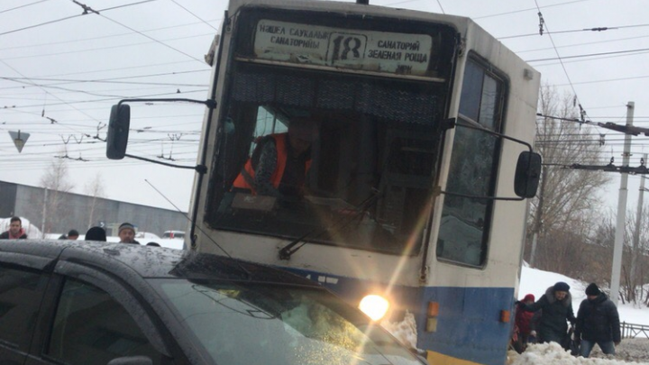"""«Пожилые люди кричали """"Господи!""""»: уфимка рассказала о ДТП с трамваем, который сошел с рельсов"""