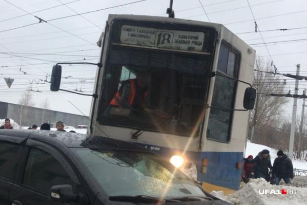 Пассажиры трамвая боялись, что машина перевернется