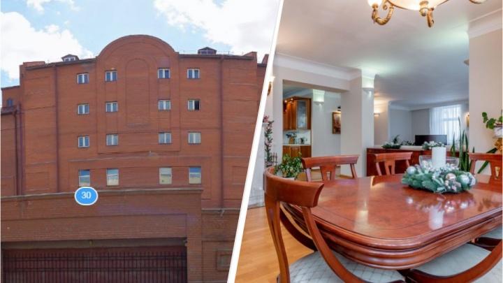 В Екатеринбурге выставили на продажу огромную квартиру в доме, похожем на крепость