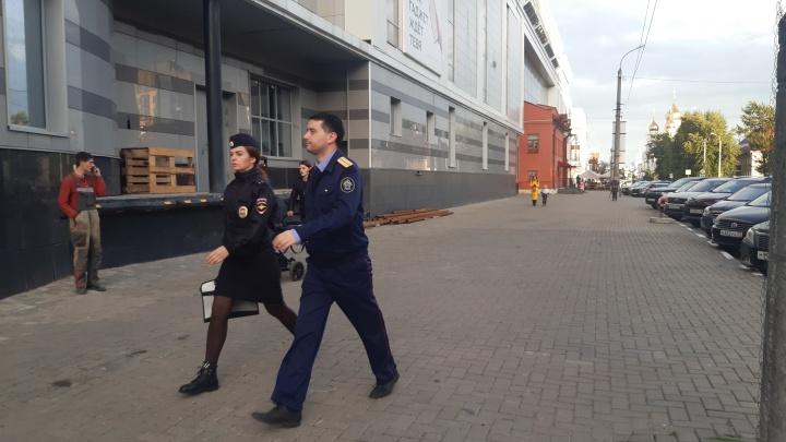 Ищут шутников, которые сообщили о минировании «Европарка» и «Макси» в Архангельске