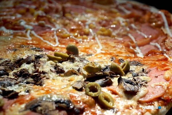 Вкусная и сочная пицца наверняка отвлечет от глобальных проблем