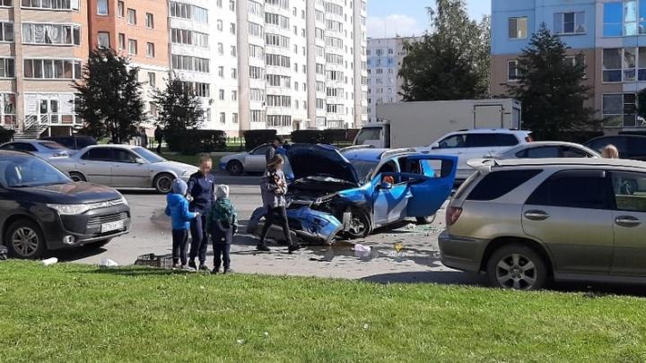 На пересечении Гребенщикова и Краузе столкнулись машины — пострадали оба водителя
