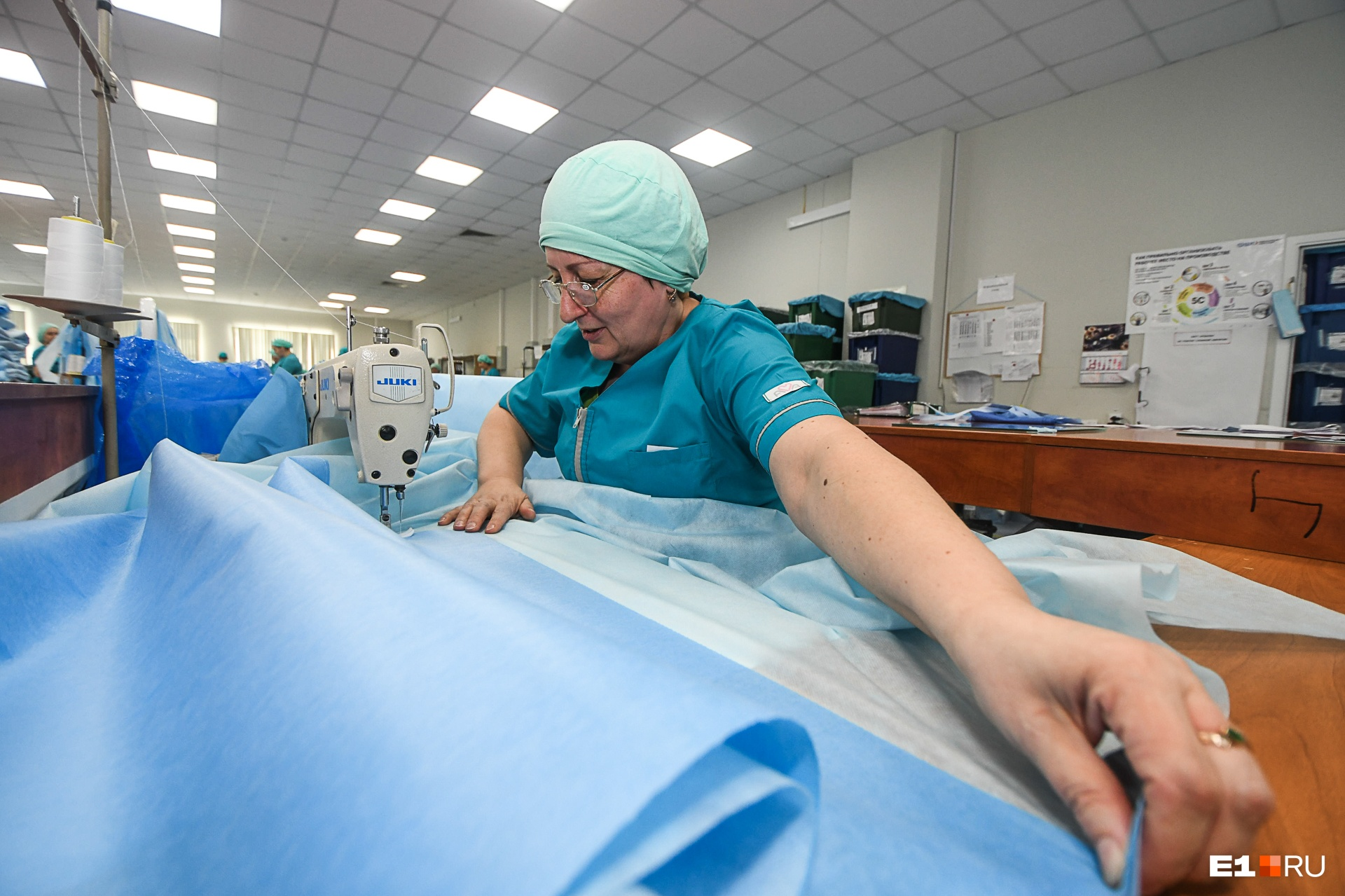 Здесь среди прочего делают защитные костюмы для врачей-инфекционистов