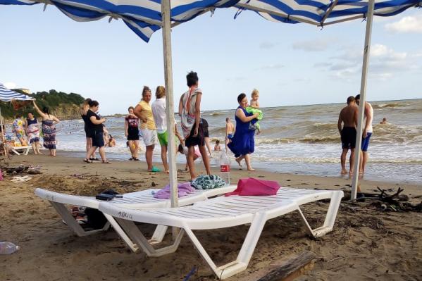 На пляжах, если верить фотографиям туристов, достаточно людно
