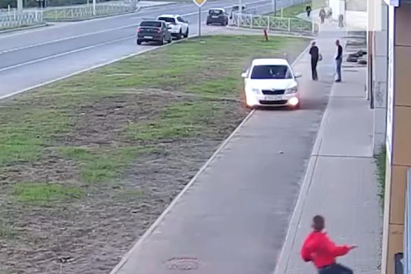 В Ярославле автохам на скорости проехал по тротуару с пешеходами: как он это объяснил