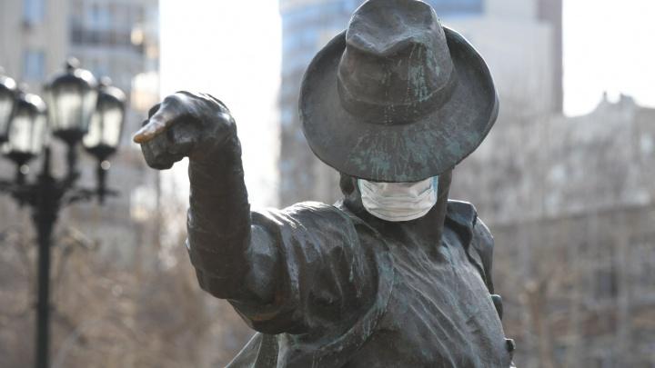 Коронавирус, уходи: на памятники Ленину, Гене Букину и Майклу Джексону нацепили медицинские маски