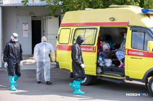 Медики «красной» зоны краевой больницы принимают пациентов