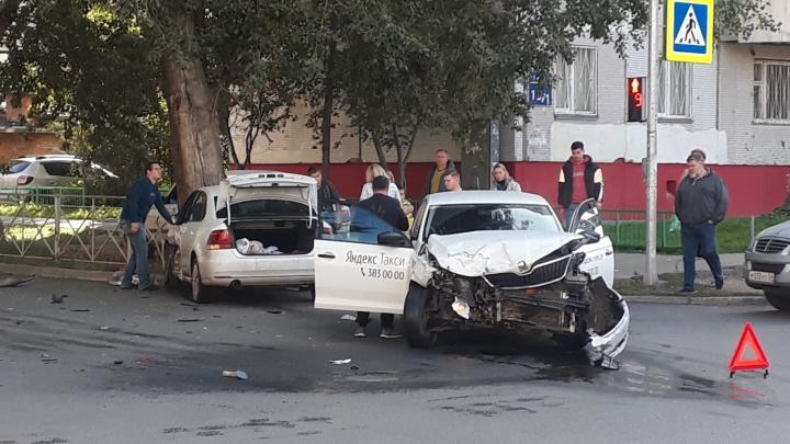 В ДТП на Серафимовича столкнулись два автомобиля — трое человек пострадали
