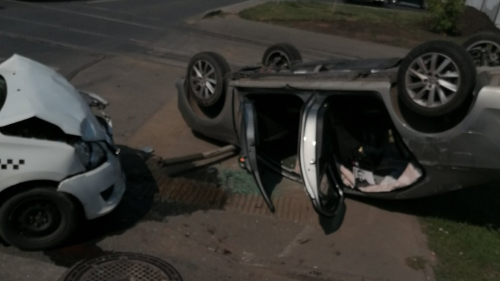 «От удара выкинуло с дороги»: появилось видео последствий ДТП на Ново-Садовой