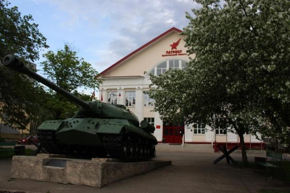 У танка будет выставка военных головных уборов и техники, а у здания Поморской филармонии в полдень начнется концерт военных песен с грузовика