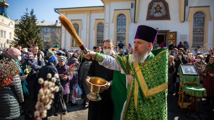 Толпы людей пришли освятить вербы к Вознесенскому собору — смотрите, как это было