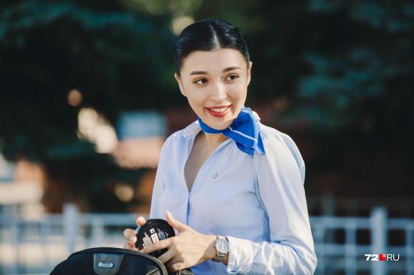 Девушка недавно уволилась из авиакомпании. Теперь она в поисках новой работы в этой сфере