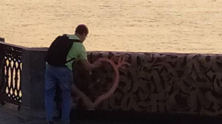 В Самаре вандал изуродовал роспись Покраса Лампаса на набережной