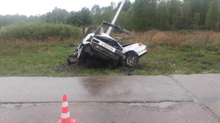 Машину замотало вокруг столба: в тюменской деревне погиб водитель легковушки