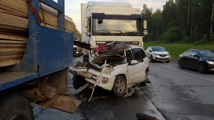 На выезде из Новосибирска «Тойоту» зажало между двумя грузовиками — пассажиры легковушки пострадали