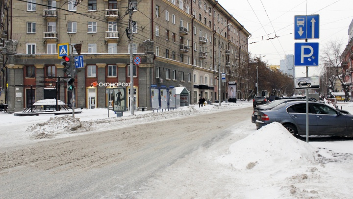 Страх потеряли. Смотрим, как в центре Новосибирска водители прут по встречке против автобусов
