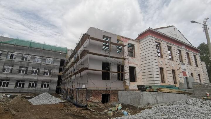 Старую школу на Широкой Речке, которую разобрали почти до основания, перестроят к концу года