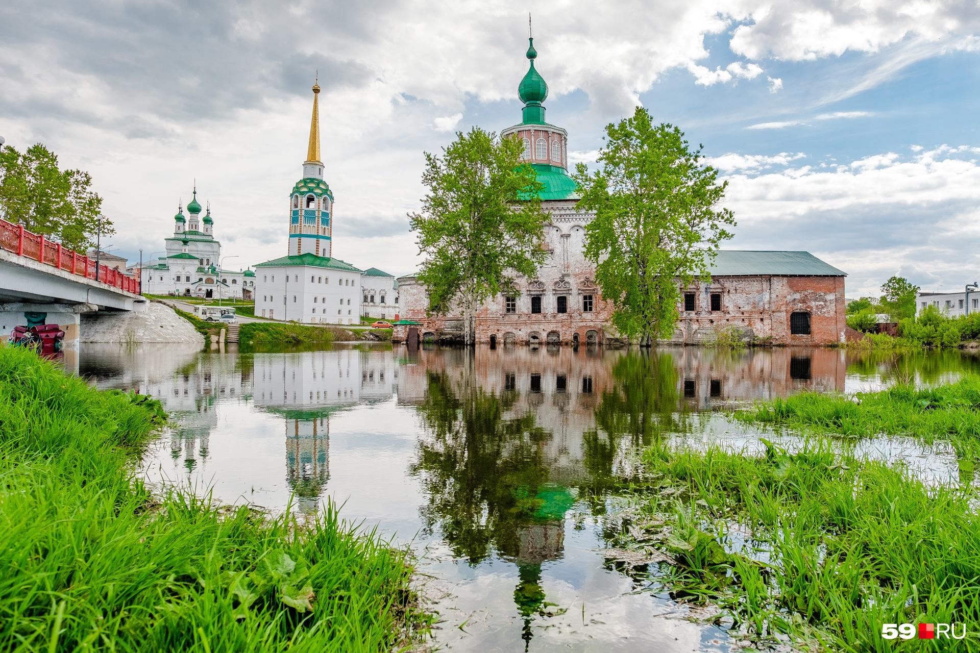 Собор находится немного в отдалении от ансамбля в центре Соликамска