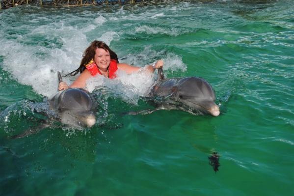 Александра провела целый день отпуска с дельфинами на Кубе