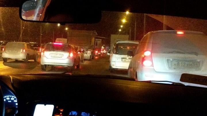 На Бугринском мосту из-за гололеда столкнулись шесть машин — собралась пробка